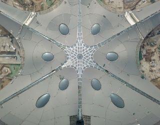 航拍北京新机场航站楼 已实现功能性封顶封围