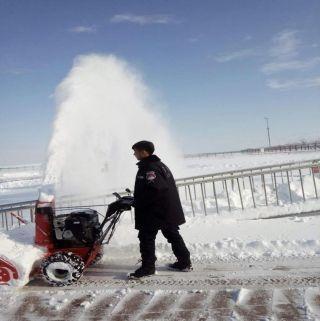 那拉提机场有序清雪 确保航班正常运行