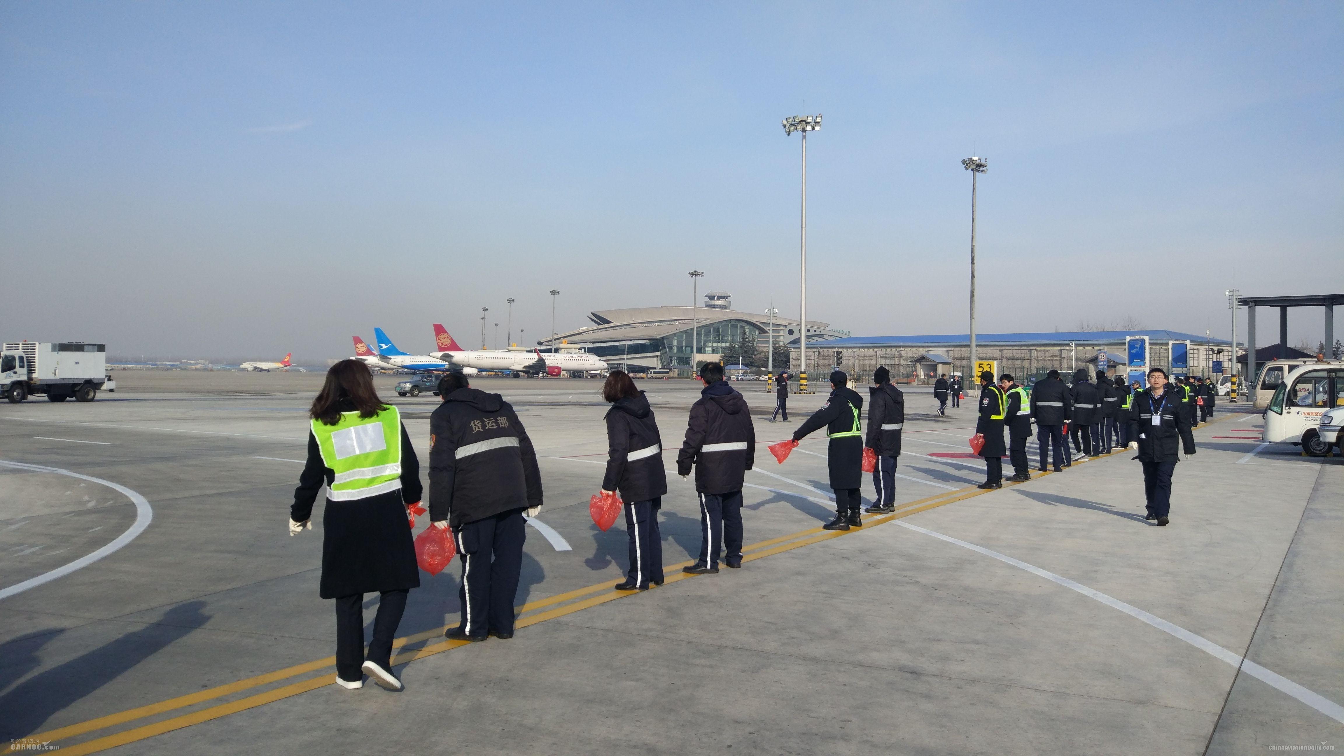 青岛机场组织开展机坪FOD徒步检查