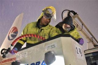 迎战暴雪 东航保证每一架飞机不带冰雪霜起飞