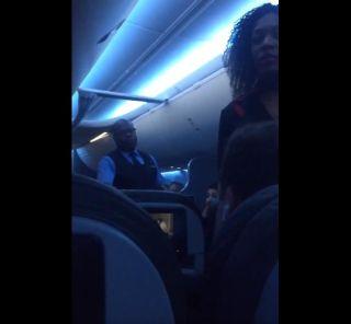 """与美航空乘争执不下 两名乘客被""""请下""""飞机"""