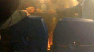 客机降落后乘客充电宝起火 俄航客舱充满烟雾