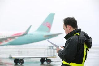 长龙航空抗冰除雪 保安全畅通 (摄影:黄奔)