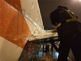长龙航空抗冰除雪 保安全畅通 (摄影:黄奔 聂先震)