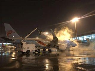 长龙航空抗冰除雪 保安全畅通