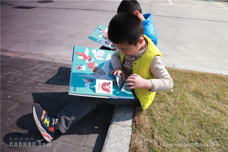 小朋友阅读深航儿童立体书