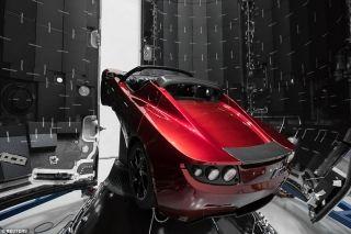 2月6日,由亿万富翁马斯克(Elon Musk)创立的美国SpaceX公司制造的全球最强猎鹰重型火箭(Falcon Heavy),在佛罗里达州卡纳维拉尔角成功发射并进入太空。这枚火箭运载了马斯克另外一家公司特斯拉制造的电动跑车——一辆红色的Roadster,而绑在车内的则是一个戴着SpaceX公司太空服的假人,它们预计将围绕着太阳运行数亿年。 此次发射对于太空飞行来说,是一个重要的里程碑,因为这是首次由私人公司,而不是政府太空机构将一枚这么强大的火箭送入太空。