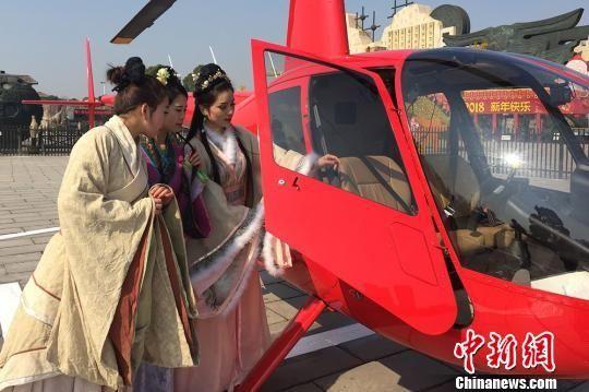 古装美女乘坐直升机穿越常州古淹城