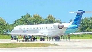 印尼航班降落忘了拐弯 20人徒手推飞机归位