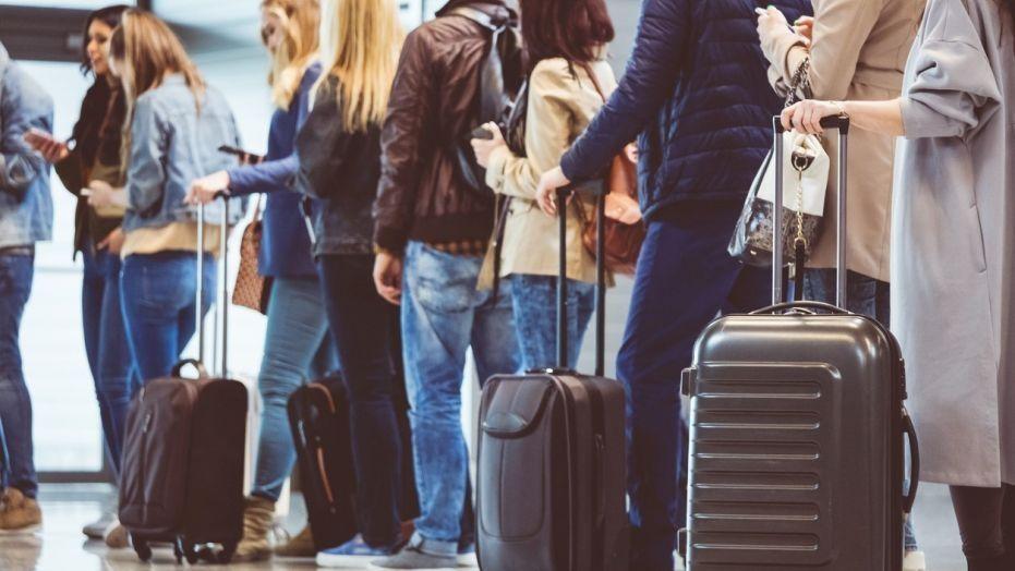 民航通观察--只因出去抽根烟 这名女子致机场航班大面积延误