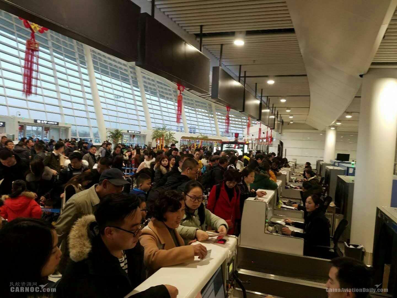 襄阳机场迎来客流高峰 返乡航班爆满