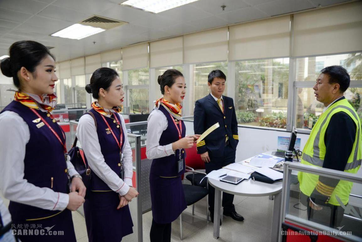 航前准备会结束后,乘务长曹博带领乘务员与机长沟通将要执飞的航线航班等情况。(宁隆宇