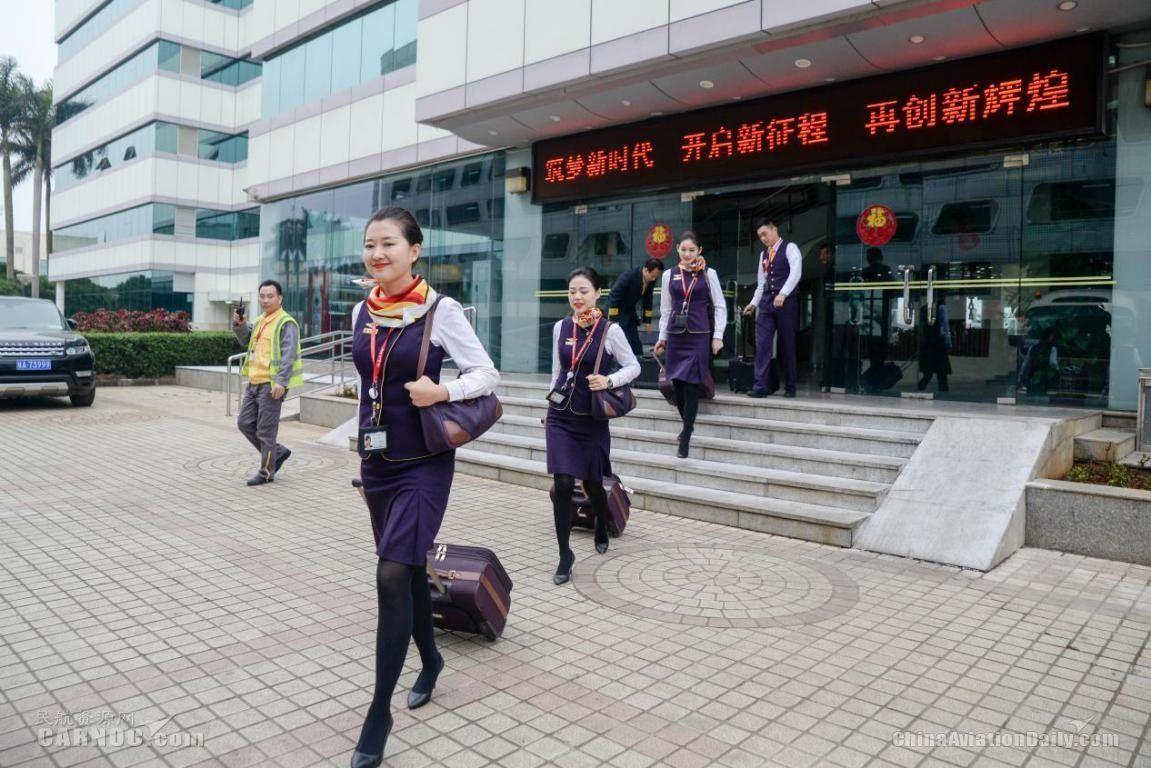 2月11日13点,乘务员以饱满的状态前往执飞的航班。(宁隆宇
