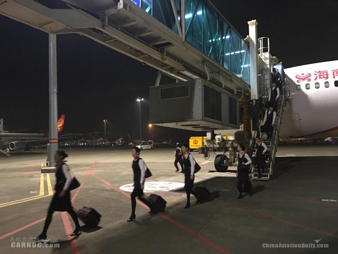 夜幕下,完成当日春运航班保障后的乘务员排队下机。(姜斌