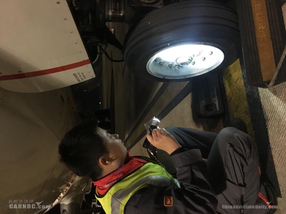 2月11日晚,夜幕下海航机务正在检查刚刚抵达后的飞机,为明天的飞行做好准备。(王帅