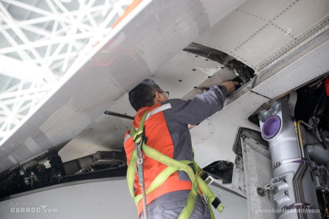 2月11日,海口美兰国际机场海航2号机库,海航机务正在为飞机做定检维修。(宁隆宇