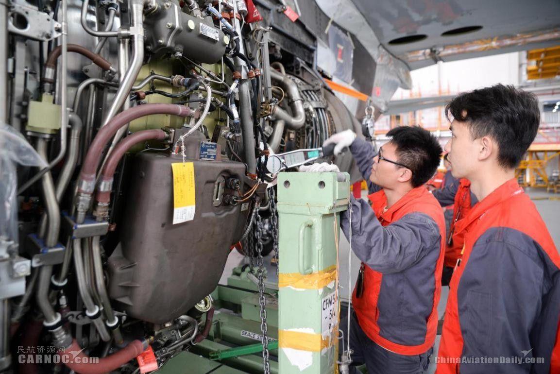 2月11日,海口美兰国际机场海航2号机库,海航机务正在对飞机做维护保养,确保飞机飞行安全。(宁隆宇