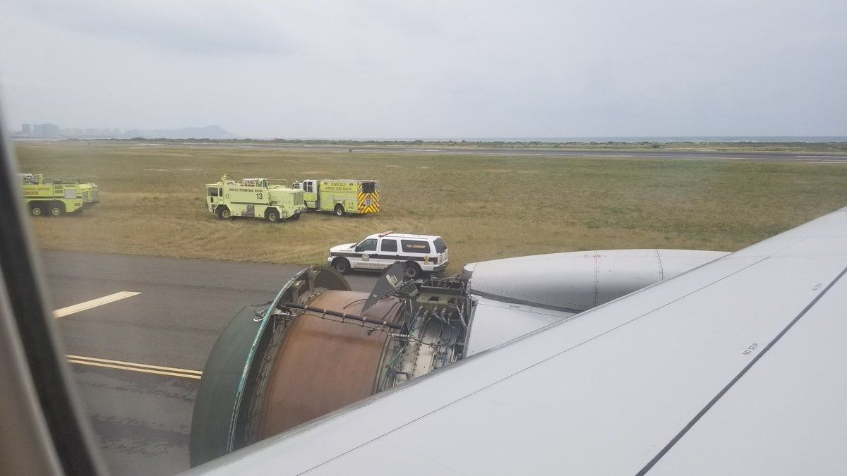 美联航客机飞到太平洋上半空中 引擎盖掉了!