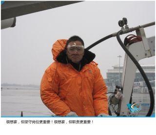 冰雪天气期间,每一架起降的飞机都要经过严格除、防冰处理,才能满足适航要求。