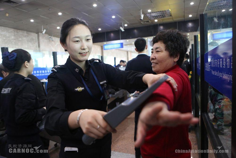 春运中的哈尔滨机场安检人