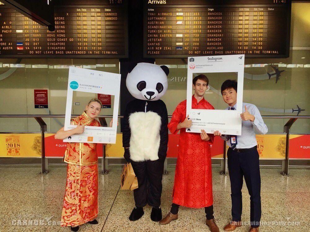 """川航墨尔本航站携""""熊猫人""""为旅客送祝福"""