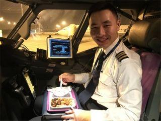 飞行员杜浩:我在泉州,虽然过年不能留在家人身边,但能将每一名旅客送到他们家人身边使我感到衷心的快乐。