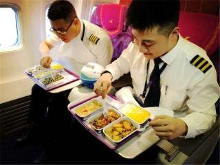 飞行员罗志平:我在杭州,今年的航班落地到家都要八点多了,年夜饭我也在飞机上吃的,干这行久了,早已习惯了在飞机上度过每个节日,能在家过年已经是一种奢侈,不管在哪过年,家永远在心中。