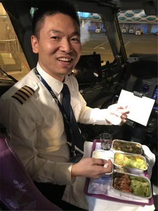 飞行员李泉清:我在泉州,年三十,我有飞行任务,今天的学员进步很大,飞机上的这顿年夜饭---香!
