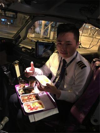 飞行员宋洋:大年三十的机组餐也别有风味,给配餐点赞,2018安全年有我。
