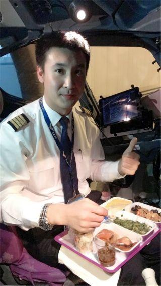 飞行员刘晓辉:我在杭州,没能在这喜庆的日子里跟自己的亲人在一起,但是我们安全的把每一位旅客安全的带到他们的亲人的身边,是我们的责任!