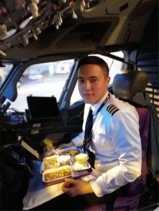 飞行员张培宏:我在重庆,进公司以来第一次在飞机上吃年夜饭,感觉酸酸的,也是满满的,能为公司付出一点微薄之力,很荣幸!