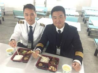 飞行员张勇:今年的年夜饭,我在模拟机中心吃的。作为丈夫和父亲,很愧疚不能陪家人一起吃饭,但是作为中队的队长,还有很多兄弟们和我一样,不能回家吃年夜饭。