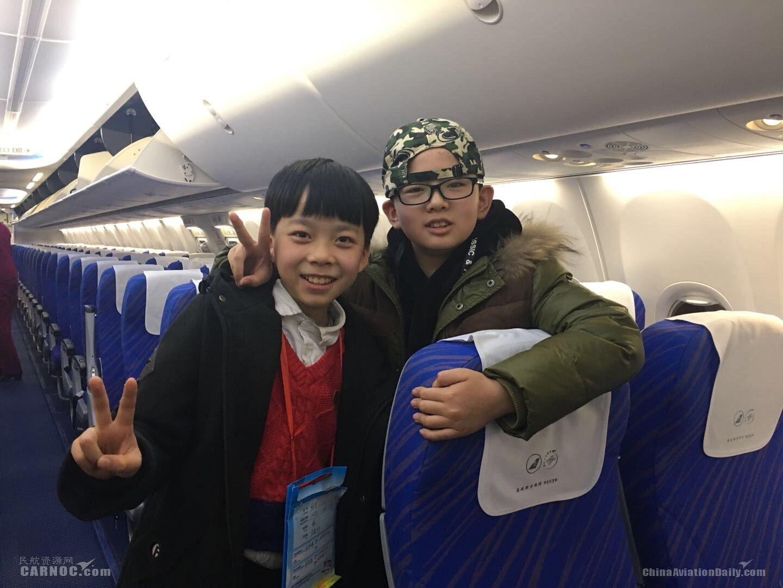 春节勇敢独自出行 两男孩飞成好朋友
