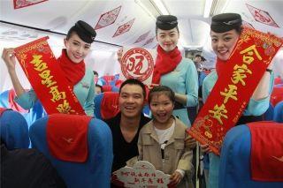 """厦航春节机上活动:""""中国红""""洋溢客舱"""