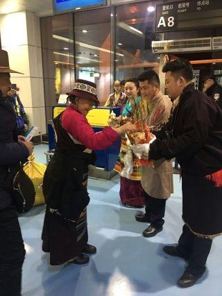 西藏航空拉萨地服与旅客共迎祥和藏历年