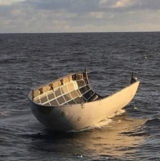 整流罩掉落在海面上