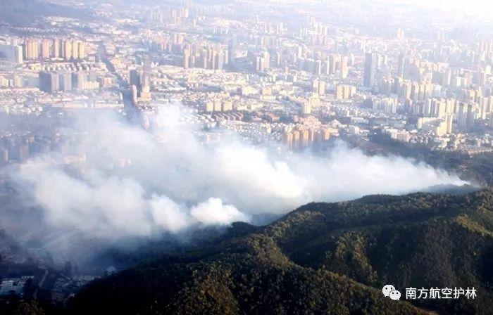 普洱航站紧急出动直升机扑救昆明城区森林火灾