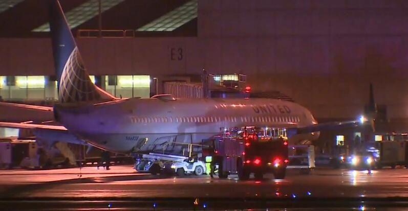 美联航客机起飞时轮胎爆胎 完成飞行安全降落