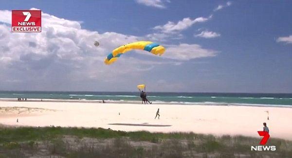 澳男子跳伞时降落伞开启失败 教练机智解危