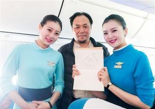 2月9日,MF8122北京—武夷山的航班上,中国画家协会的张先生称赞乘务员笑容甜美,优雅大方,并在乘务员为旅客送水时画下简笔画赠与机组,感谢机组的辛苦付出。 (摄影:高彤)