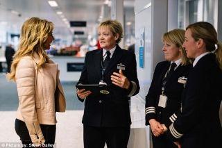 服务BA1484次航班的英航61名工作人员,全部为女性。