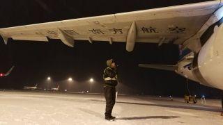 南航沈阳维修基地迎战强降雪