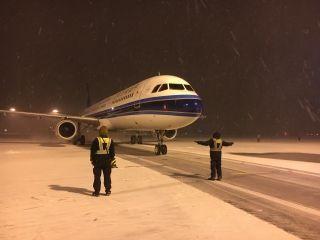 图集 | 沈阳再迎强降雪 南航沈阳维修基地迅速出击保航班