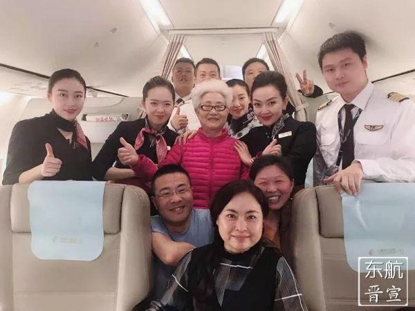 三万英尺送祝福 东航乘务组为八十岁寿星过生日
