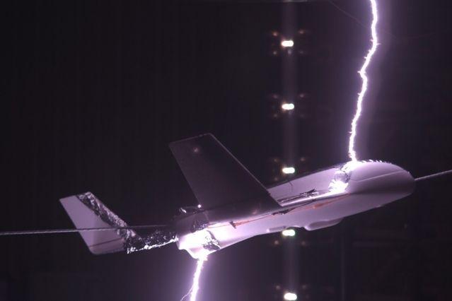 充电防雷击 麻省理工提出飞机防护新设想