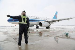 沈阳维修基地启动冰雪天气应急预案,执行航班维护任务,严格执行冰雪天气保障程序。