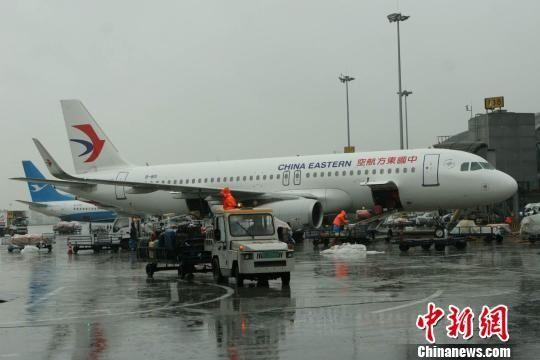 成都机场遭遇雷暴天气 8000余名旅客滞留