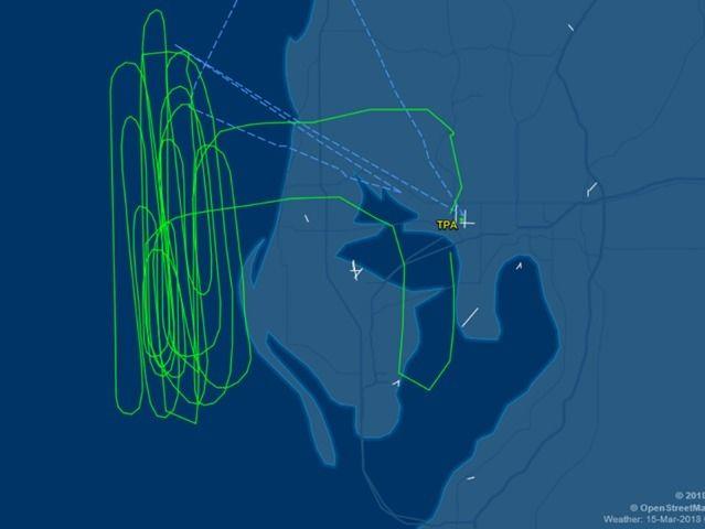 美联航客机遭遇鸟击 空中盘旋耗油后降落
