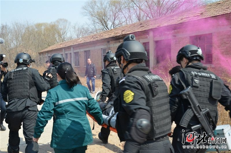 沧州特警首次动用救援直升机参与实战演练