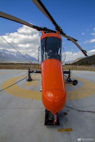 K-MAX的动力装置为一台T-53-17A-1涡轮轴发动机,桨叶与调整片采用结构重量轻,强度大的石墨纤维加强塑料和纤维加强塑料,并且主桨叶上带有伺服襟翼操纵系统,取消了常规直升机复杂而笨重的液压式桨叶操纵系统,因此K-MAX直升机更容易操纵,并具有很高的安全性和可维护性。其起落装置为前三点固定式起落架。
